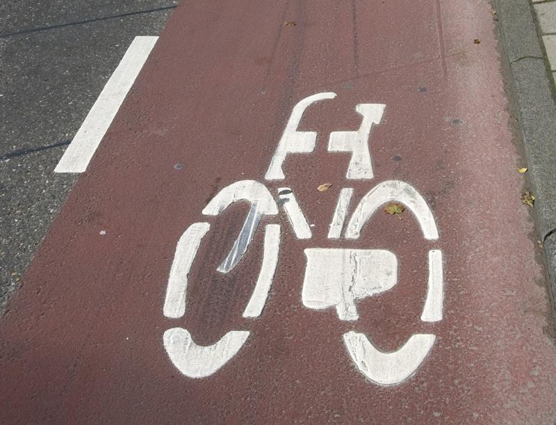 Veilige straat voor de fietser begint op de grond